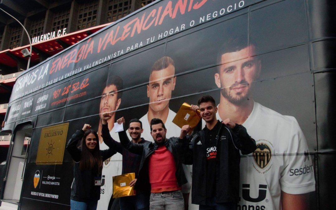 El Movilbus inglés de Energía Valencianista con los ganadores de los abonos de temporada